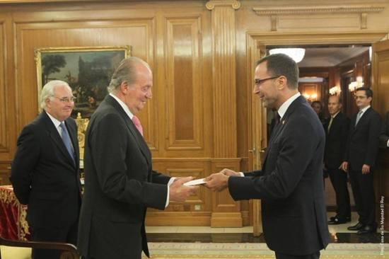El Embajador James Costos presentó ayer sus cartas credenciales ante el Rey Don Juan Carlos. Este es el paso definitivo en su acreditación como Embajador de EEUU en España.