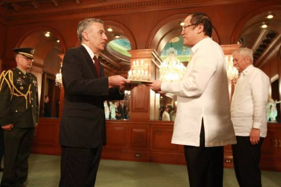 U.S. Ambassador to the Philippines Philip S. Goldberg presented his credentials to Philippine President Benigno Aquino III on Monday, December 2 at the Malacañan Palace. (photo via US Embassy Manila/FB)